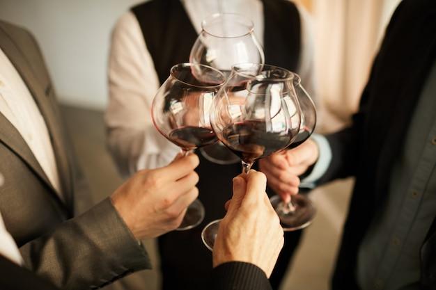 ワインのクローズアップを飲むビジネス人々