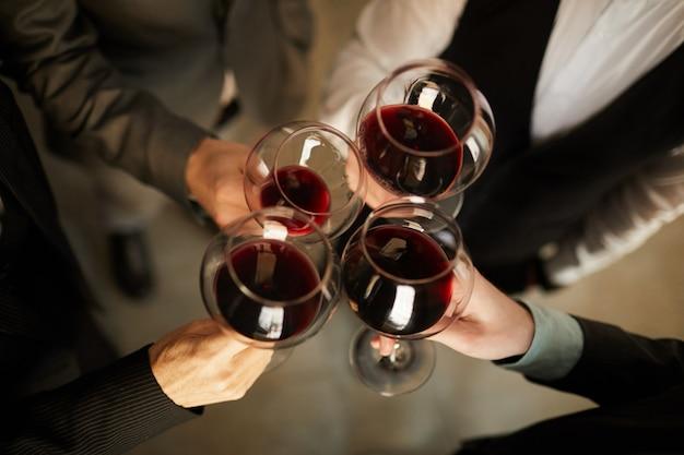 ビューの上にワインを飲むビジネスマン