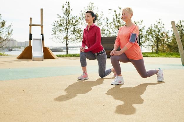 成熟した女性の屋外ジョギング
