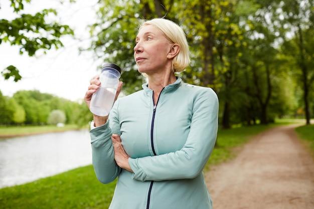 Спортсменка с бутылкой воды