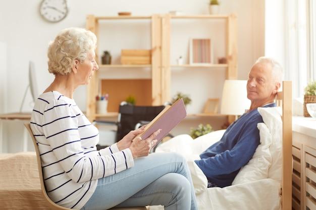 Пожилая пара на пенсии