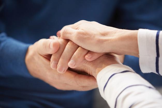 手を繋いでいる年配のカップル