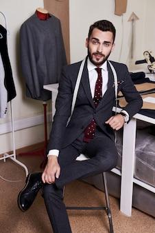 ハンサムなファッション・デザイナーの肖像