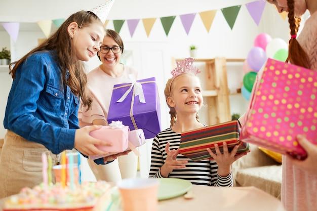 Дети дарят подарки на день рождения