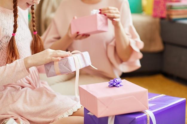 Открытие подарков на день рождения