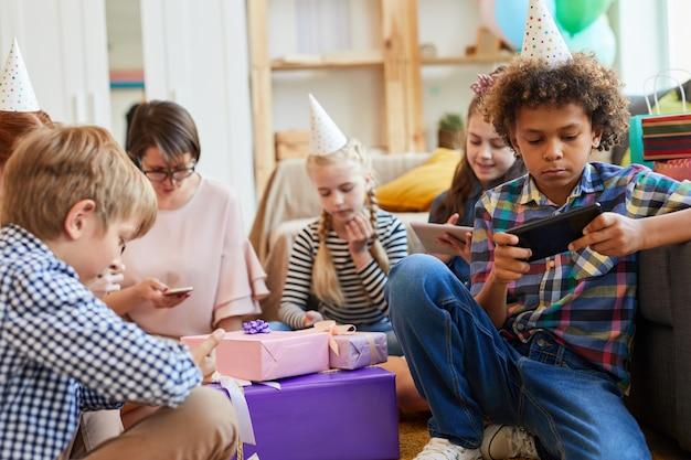 Дети с гаджетом одержимость