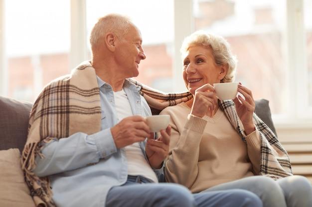 お茶を楽しむ年配のカップル
