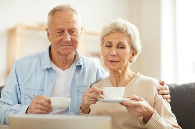ビデオを見ている年配のカップル