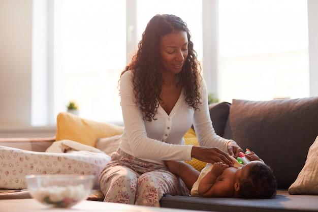 赤ちゃんの世話をする黒人の母親