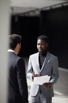 Черный бизнесмен разговаривает с коллегой