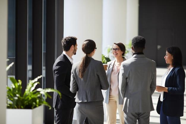 Позитивная бизнес-команда обсуждает идеи