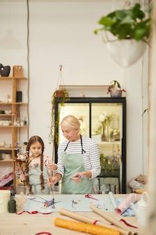 Милая маленькая девочка в мастерской флористов
