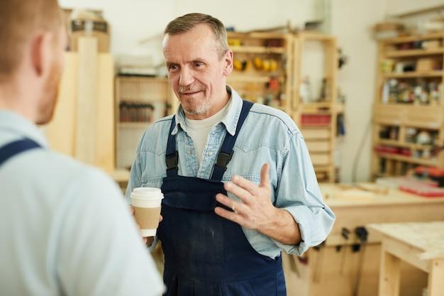コーヒーブレークの労働者