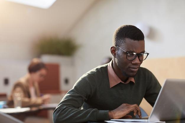 Африканский студент работает в кафе