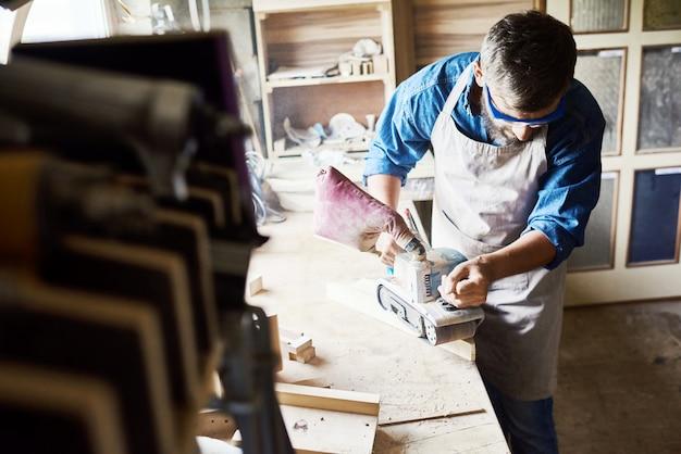 Современный плотник работа в магазине древесины