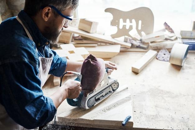 Зрелый мастер делает деревянную мебель