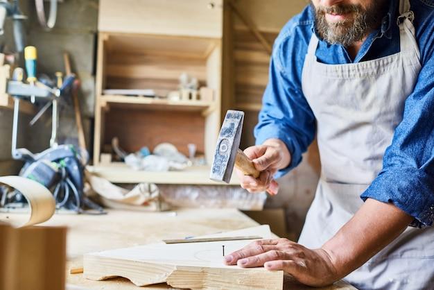 Плотник работает в традиционном магазине