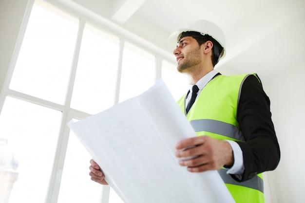 Улыбающийся инженер холдинг планы