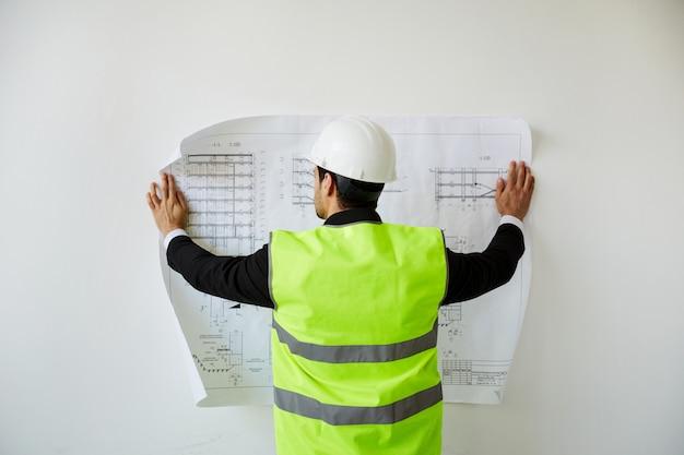 Инженер изучает планы