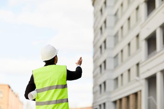 Неузнаваемый работник на строительной площадке