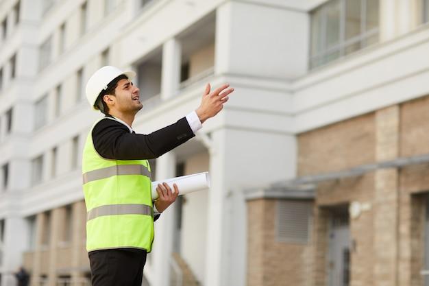 Ближневосточный бизнесмен на строительной площадке