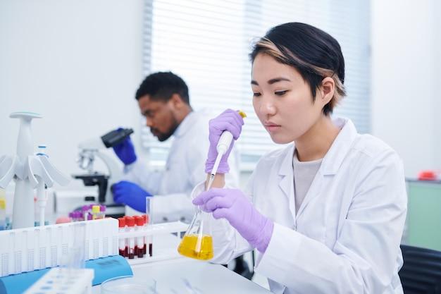 Лаборант, тестирующий образец