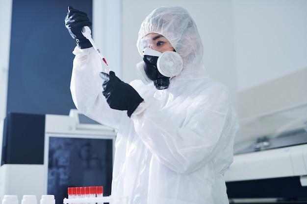 Концентрированный медицинский работник тестирует образец вируса