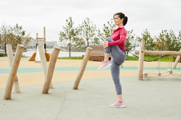 アクティブな女性のジョギング