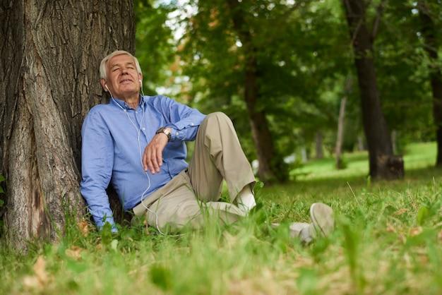 公園の年配の男性