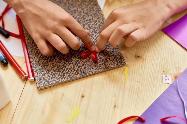 Девушка делает карточку крупным планом