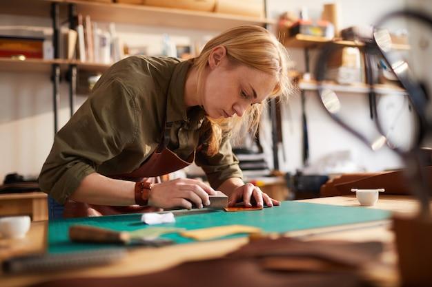 革細工をしている女性
