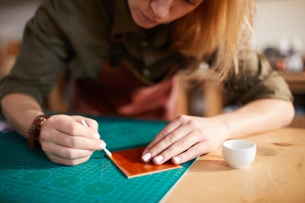 革細工のクローズアップをしている女性