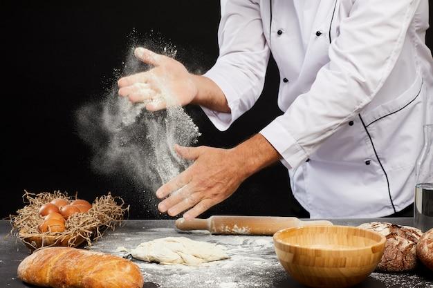 パンを焼く男のクローズアップ