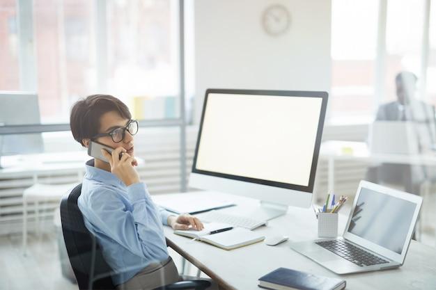 職場で電話で話す現代の実業家