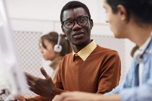 Афро-американский студент в компьютерном классе