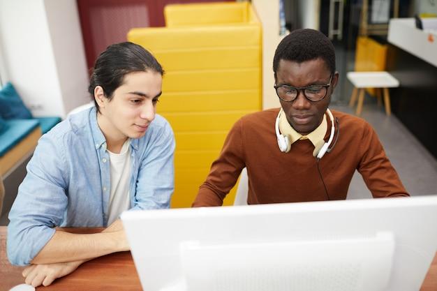 図書館でコンピューターを使用している学生
