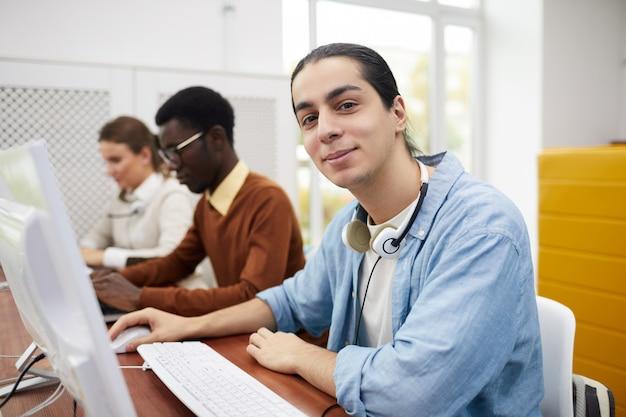 Студент, использующий компьютер в колледже