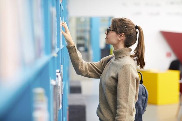 Молодая женщина в книжном магазине