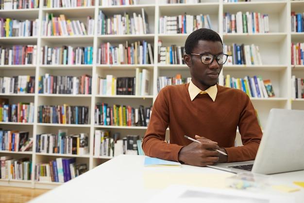 Афро-американский мужчина в библиотеке