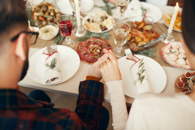 Молиться за ужином крупным планом
