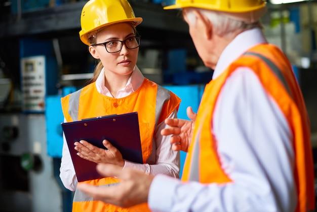Производительная дискуссия заводских рабочих