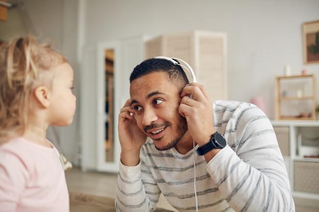 父親と一緒に音楽を聴く子供