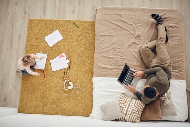 Отец и дочь в уютной спальне