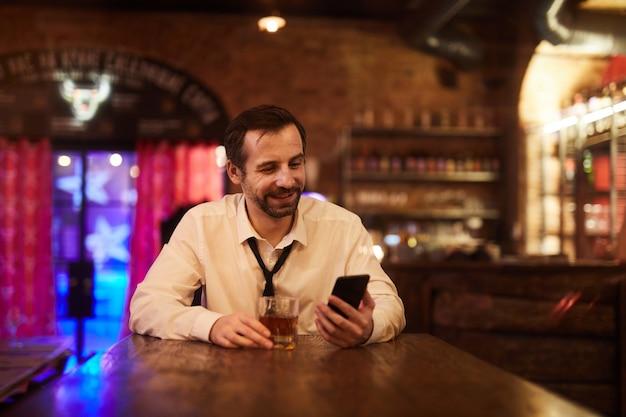 バーで飲んで屈託のない実業家