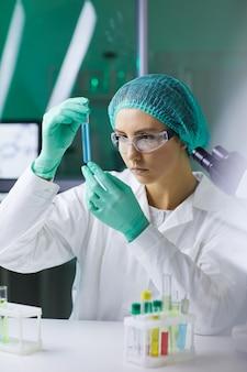 研究に取り組んでいる女性科学者