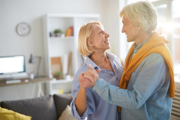 年配のカップルのダンスを愛する