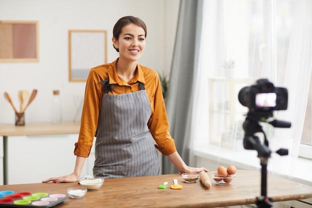 キッチンで料理のビデオを撮影する
