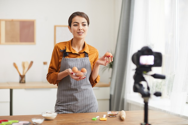女性撮影料理ビデオ