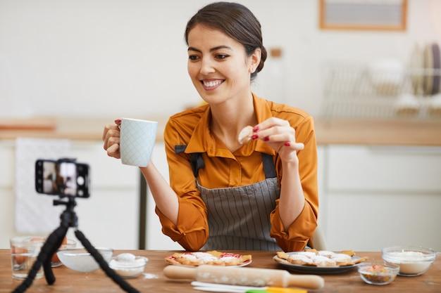 若い女性の居心地の良いキッチンでの撮影
