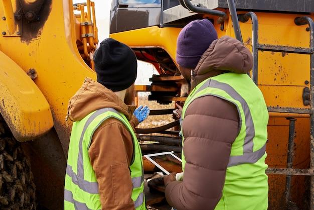 メカニックによる屋外トラックの検査